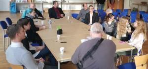 """gemeinsam mit der Politik und den Expert*innen diskutieren die Jugendlichen am Nachmittag zu """"Mobilität"""" und """"Freizeitangeboten"""""""