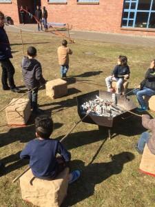 gemeinsames Stockbrot-machen am Lagerfeuer
